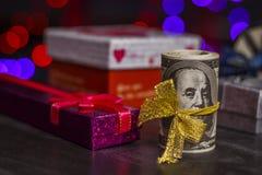Stos dolary zbliża prezentów pudełka fotografia royalty free