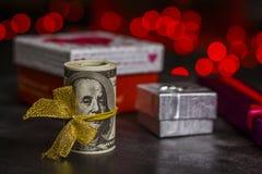 Stos dolary zbliża prezentów pudełka obraz royalty free
