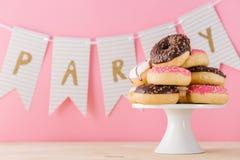 Stos donuts na tle partyjny słowo obrazy stock