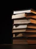 Stos hardcover książki w niejasnym pokoju Fotografia Stock