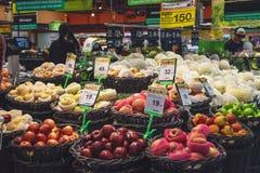 Stos jabłka w Tajlandzkim hypermart obraz stock