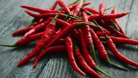 Stos jaskrawi czerwonego chili pieprze zbiory wideo