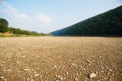 Stos kamienie na banku Buller rzeka z rzeką w tle i otaczających wysokich falezach zakrywających w krzaku, zdjęcia stock