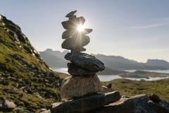 Stos kamienie z promieniem światło słoneczne który krzyżuje one w górach zdjęcie royalty free