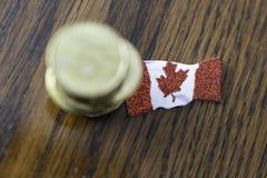 Stos kanadyjczyk jeden dolara monety z kanadyjczyk flag? zdjęcie royalty free