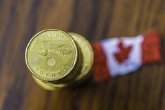 Stos kanadyjczyk jeden dolara monety z kanadyjczyk flag? zdjęcia stock
