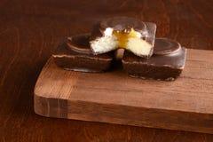 Stos karmel czekoladowi mali torty zdjęcia royalty free
