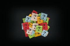 Stos kolorowe papier notatki z znakami zapytania na blackboard zdjęcie stock