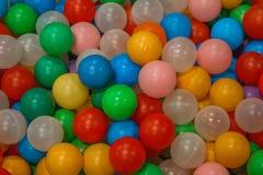 Stos kolorowe plastikowe piłki obrazy royalty free