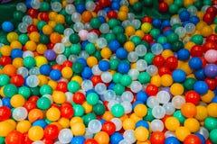 Stos kolorowe plastikowe piłki fotografia royalty free