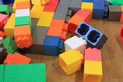 Stos kolorowi duzi bloki buduje zabawki pieni si? Edukacji preschool salowy boisko obrazy royalty free
