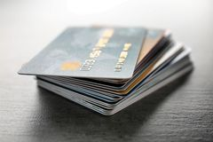 Stos kredytowe karty na stole Fotografia Stock
