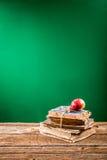 Stos książki i jabłko blackboard tło obraz royalty free