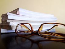 Stos książki i para eyeglasses zdjęcie royalty free