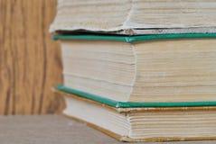 Stos książki na drewnianym tle Zdjęcie Royalty Free