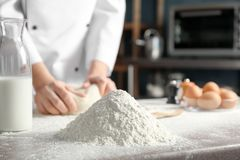 Stos mąka i szef kuchni fotografia royalty free