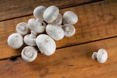 Stos małe świeże pieczarki na drewnianym stole Obrazy Stock
