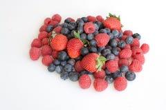 Stos malinki, truskawki i czarne jagody, Zdjęcie Royalty Free