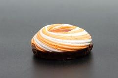 Stos marshmallows glazurujący z czekoladą Dużo pokrywali eleganckiego zephyr deser na bielu Obraz Stock