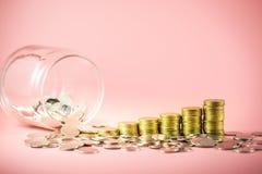 Stos monety i słój dla ratować pieniądze pojęcie Narastający biznes z złocistymi monetami Planować przyszłość obraz royalty free