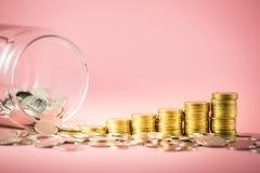 Stos monety i słój dla ratować pieniądze pojęcie Narastający biznes z złocistymi monetami Planować przyszłość zdjęcie stock
