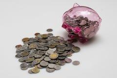 Stos monety/tajlandzkie monety z piggybank Zdjęcia Royalty Free