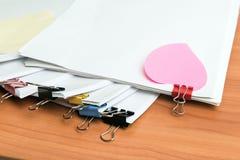 Stos niedokończeni dokumenty na biurowym biurku zdjęcia royalty free