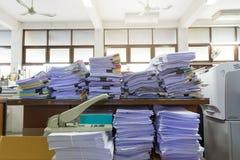Stos niedokończeni dokumenty na biurowym biurku zdjęcie stock