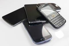 Stos nowi i starzy telefony komórkowi zdjęcia royalty free