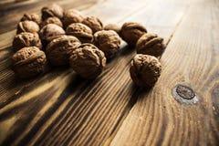Stos orzechy włoscy na drewnianym tle zdjęcie stock