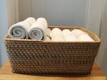 Stos płótno, ręka ręcznik, stołowa pielucha, chusteczka na koszu w zdroju, kąpielowy pokój, toliet z plamy białym drewnianym ście Obraz Stock