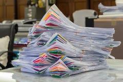 Stos papiery kłaść pokrywa się na biurku Zdjęcia Royalty Free