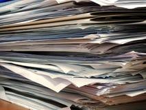 Stos papiery przy biurowym biurkiem obraz royalty free
