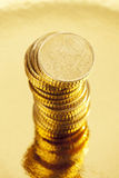 Stos pięćdziesiąt centu euro monet na złotym tle Obraz Stock