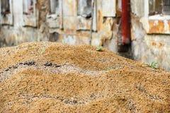 Stos piasek przed Kyselka zdrojem podczas odbudowy przy początkującą jesienią Obraz Royalty Free