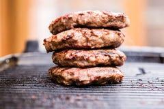 Stos piec na grillu zmieloni wołowina paszteciki na BBQ Zdjęcia Stock