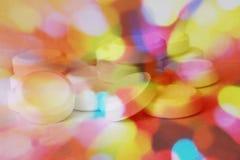 Stos pigułki w kolor fantazi z psychodelicznymi kolorami pokazuje zamieszanie lub disorientation należnych leki z kopii przestrze Obraz Stock