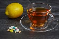 Stos pigułki z filiżanką herbata i cytryna zdjęcie stock