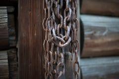 Stos rdzewiejący starzy łańcuchy przy boatyard Fotografia Royalty Free
