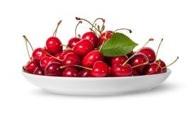 Stos słodkie wiśnie z liściem na bielu talerzu Zdjęcie Stock
