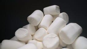 Stos s?odki i mi?kki marshmallow Yummy biali cukierki na ciemnym tle, fast food zbiory wideo