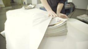 Stos skończone gazety zawija w drukowej roślinie zbiory