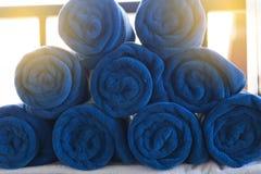 stos staczający się fałdowy błękitny ręcznik w zdroju Obrazy Royalty Free