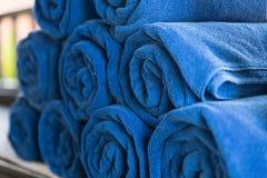 stos staczający się fałdowy błękitny ręcznik w zdroju Zdjęcia Stock