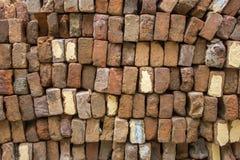 Stos stare czerwone cegły brogować w nawet rzędach Szorstkiej powierzchni tekstura fotografia stock