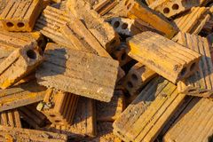 Stos stare czerwone cegły w budowa terenie obrazy royalty free