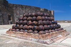 Stos stare działo piłki w Castillo San Felipe Del Morro Zdjęcie Royalty Free