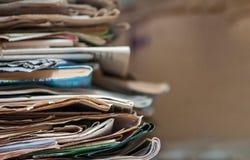 Stos stare gazety i magazyny Z kopii przestrzenią fotografia stock