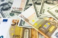 Stos sto dolarów USD i pięćdziesiąt euro EUR tła zakończenie Pieniądze i pieniężny pojęcie zdjęcia royalty free