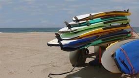 Stos surfboards na plaży zdjęcia royalty free